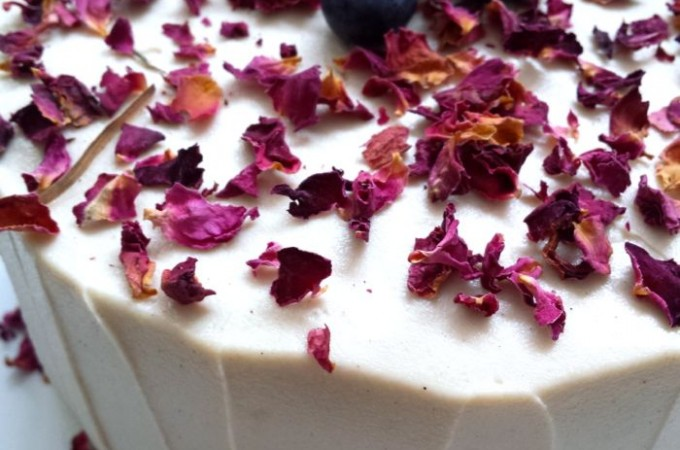 Tarta de cumpleaños de fresas y rosas