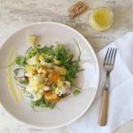 Ensalada templada con salsa de tahín, limón y cúrcuma