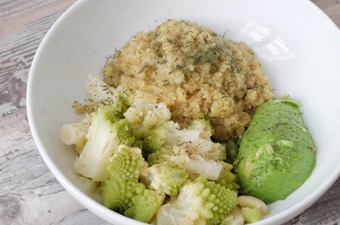 Risotto de quinoa con romanescu, aguacate y eneldo