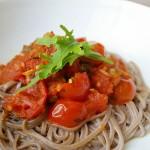 Pasta integral con dos tomates y rúcula