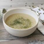 Sopa de coliflor y puerros con eneldo y miso