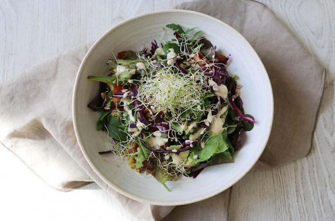 Ensalada de col lombrada, quinoa y germinados
