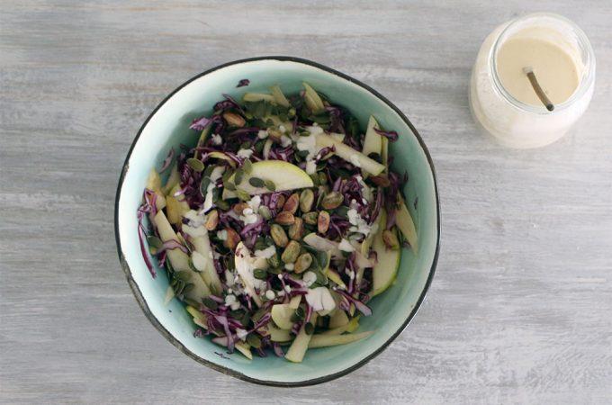 Ensalada de col lombarda con crema agria de anacardos