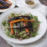 Ensalada otoñal con granada, arroz salvaje y zanahorias horneadas
