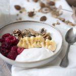 Granola con yogurt de coco, plátano y frambuesas