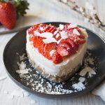 Tarta de coco, maca y fresas