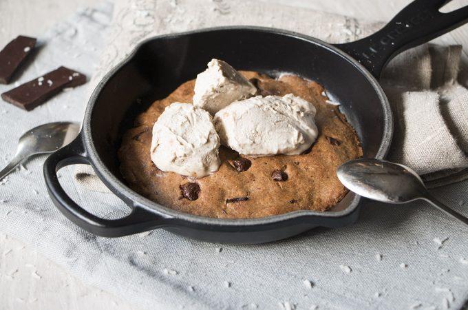Cookie en sartén con helado de coco y caramelo