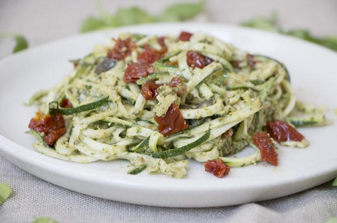 Espaguetis de calabacín con pesto, tomate seco y alcaparras