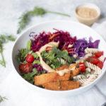 Bowl saludable con remolacha, eneldo y aliño de tahín y miso