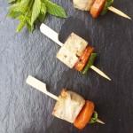 Brochetas de tofu marinado, zanahoria y menta