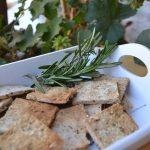 Galletas de pulpa de almendras con pipas y hierbas