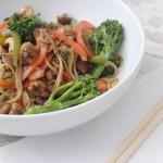 Noodles de arroz integral y wakame con verduras, tamari y coco