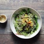 Ensalada templada de quinoa, brócoli y boniato con salsa de tahín y lima