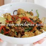 VÍDEO: Fideos de arroz negro y verduras salteadas con jengibre, tamari y curry