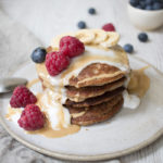 Tortitas de maca con yogurt de coco, frambuesas y crema de avellanas