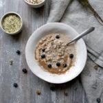 Desayuno templado de copos de avena, semillas y crema de almendras